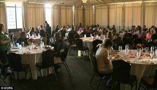 Ngày 17/10, những người vô gia cư được gia đình bà Kari mời tới ăn tiệc - thay cho khách dự tiệc cưới - tại một khách sạn 4 sao ở California, Mỹ. Ảnh: KCRA.