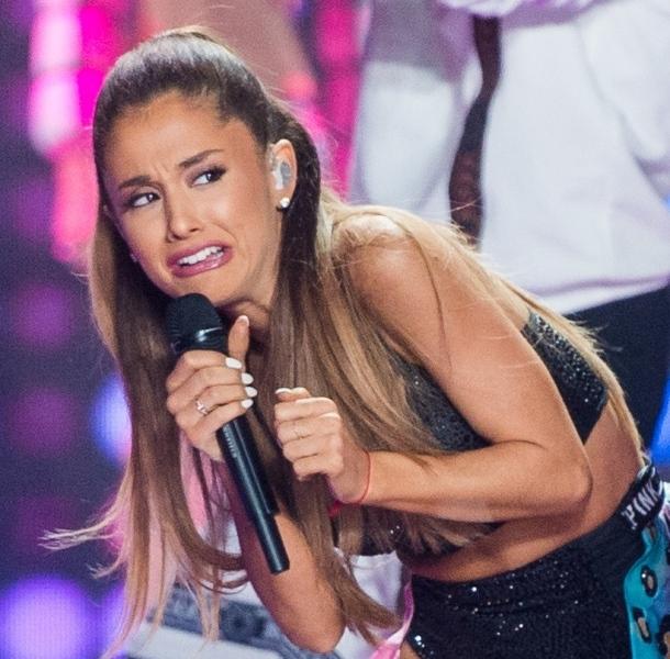 Ariana Grande đã chia sẻ với tạp chí Complex rằng cô rất sợ phải nhìn thẳng vào ống kính.