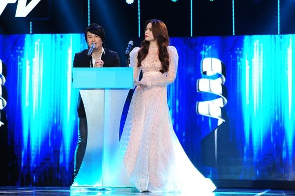 Trên sân khấu lễ trao giải HTV Award 2013, nữ hoàng giải trí diện lại mốt váy cổ điển này nhưng với chất liệu xuyên thấu, họa tiết chấm bi cùng tông hồng pastel ngọt ngào, điệu đà.