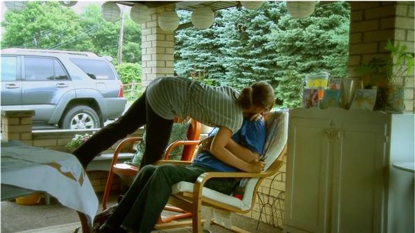 Tuy Ian vẫn không thể nói ra nhưng Larissa vẫn cảm nhận được sâu sắc tình yêu mà người chồng dành cho mình.(Ảnh: Internet)