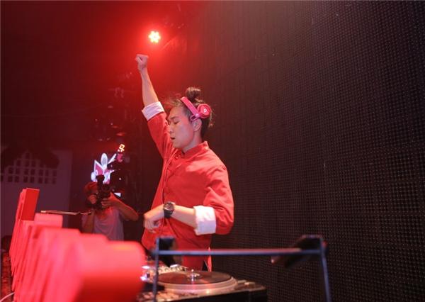 Hoàng Thùy Linh gợi cảm nhảy cực sung bên bàn DJ - Tin sao Viet - Tin tuc sao Viet - Scandal sao Viet - Tin tuc cua Sao - Tin cua Sao