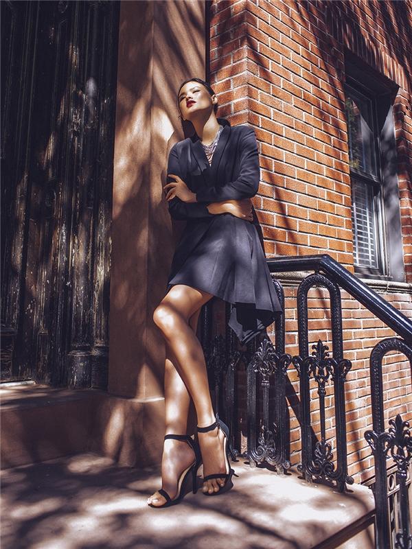 Tuyết Lan khoe khéo đôi chân dài nuột nà trong chiếc váy ngắn lấy phom từ áo vest truyền thống. Thiết kế tạo điểm nhấn với những đường gấp nếp, xếp li tinh tế.