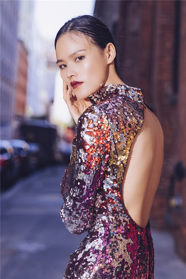 Bộ váy được thực hiện trên nền chất liệu ánh kim nổi bật.