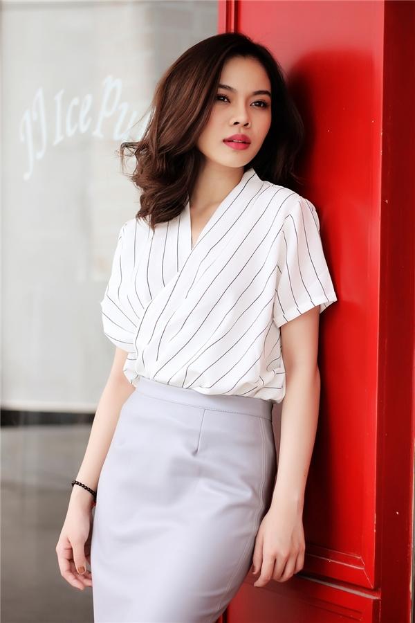 Chiếc áo tạo nên sự thu hút bởi cấu trúc đối xứng cùng những đường kẻ sọc tinh tế. Đây cũng là xu hướng được các tín đồ thời trang tích cực lăng xê trong những ngày đầu củamùa thời trang Thu - Đông năm nay.