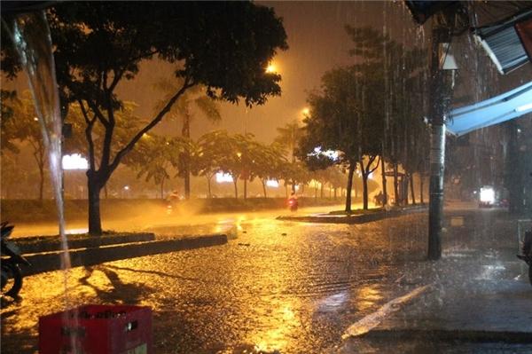 Cơn mưa lớn vào chiều tối ngày 23/10, tại TP.HCM... Ảnh: GA