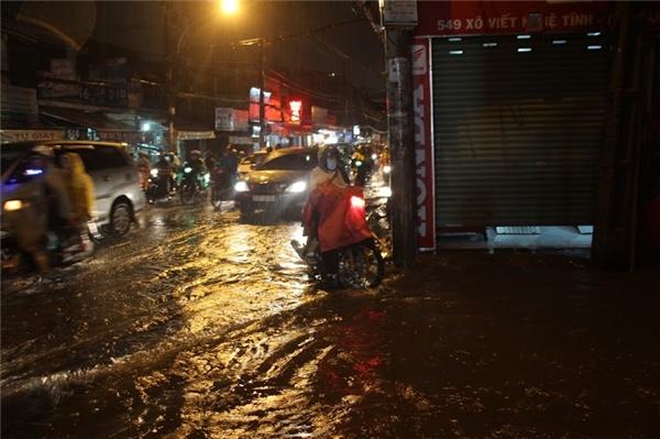 Đa số mọi người đều khổ sở đi làm về trong cảnh mưa to, đường ngập và ướt hết cả cơ thể. Ảnh: GA
