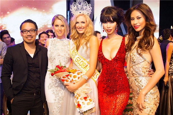 Đại diện đến từ Việt Nam (phía ngoài cùng bên phải) - Tin sao Viet - Tin tuc sao Viet - Scandal sao Viet - Tin tuc cua Sao - Tin cua Sao