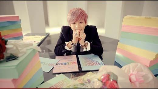 Dường như màu hồngđược rất nhiều thần tượng ưa chuộng khi đến cả chàng rapper Dongwoo (Infinite) cũng chọn để diệnmàu tóc cho mình.