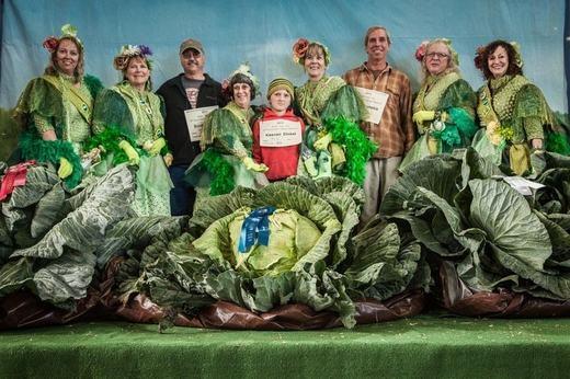 Những người nông dân hạnh phúc bên những gì mình trồng được. (Ảnh:Amusing Planet)