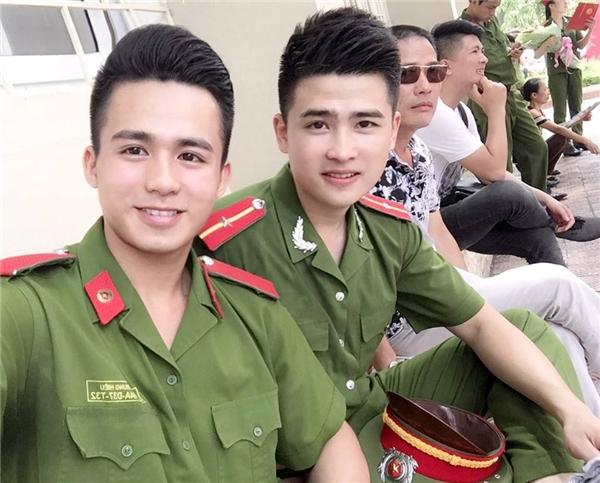 """Hai """"mĩ nam"""" của Học viện Cảnh sát Nhân dân, Hoàng Nhật - Trung Hiếu tươi tắn bên những người đồng đội. (Ảnh: Internet)"""