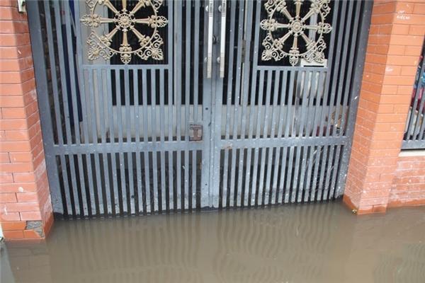 Nước tràn vào nhà khiến mọi sinh hoạt bị ảnh hưởng nghiêm trọng. Ảnh: GA