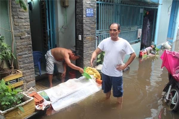 Người dân khốn đốn vì nước ngập. Ảnh: GA
