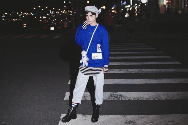 Chàng trai này lại thể hiện rõ nét phong cách thời trang phóng khoáng, tự do đang được giới trẻ Nhật Bản yêu thích.