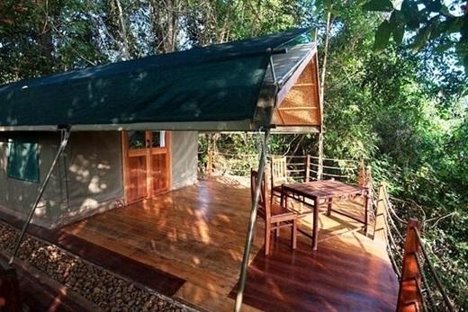 Đặc điểm chung của những phòng nghỉ ở đây là đều có thiết kế đơn giản bằng gỗ, tre, nứa, mang đến cảm giác sống cùng thiên nhiên rõ rệt cho khách tham quan.(Nguồn: Internet)