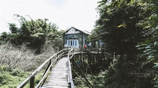 Cây cầu gỗ dẫn đến nhà nghỉ tuy đơn sơ, cũ kĩ nhưng lên hình thì cực kì bắt mắt.(Nguồn: Internet)