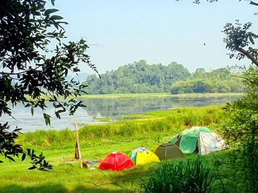 Khi chiều dần buông, hãy bắt đầu dựng lều trại để tận hưởng một đêm cắm trại thật đáng nhớ cùng bè bạn.(Nguồn: Internet)