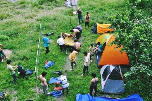 Với giá thuê dao động từ 80.000 – 100.000 đồng/chiếc hoặc bạn có thể tự mang theo lều của riêng mình, trải nghiệm ngủ đêm giữa rừng không còn là một điều gì quá xa vời.(Nguồn: Internet)