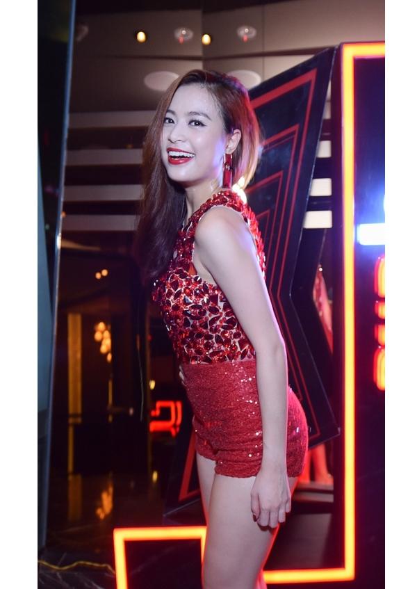 Nữ ca sĩ kết hợp giữa áo không tay đính đá, hạt to cùng quần cạp cao chất liệu ánh kim. Dường như sắc đỏ luôn là gam màu yêu thích của Hoàng Thùy Linh trên sân khấu.