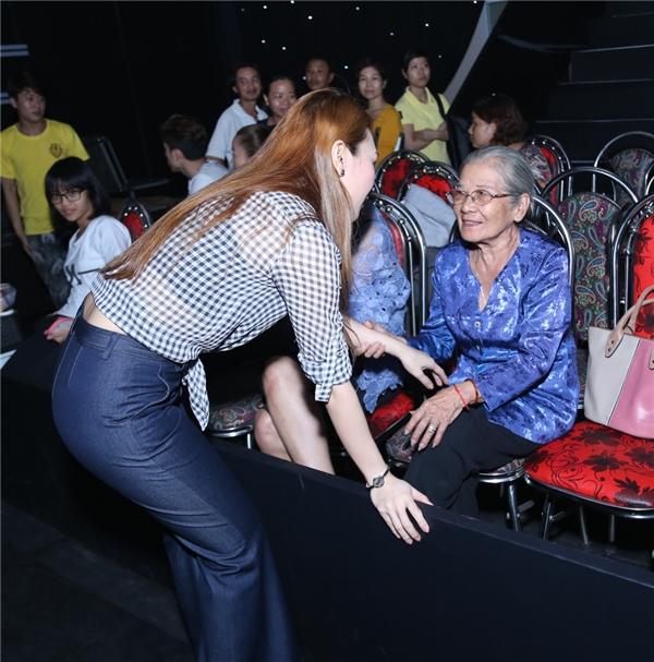 Mỹ Tâm lễ phép lại chào hỏi nghệ sĩ Phi Điểu khi bà đang ngồi ở hàng ghế khán giả. Được biết, bà sẽ hỗ trợ cho phần thi của đội HLV Cẩm Ly. - Tin sao Viet - Tin tuc sao Viet - Scandal sao Viet - Tin tuc cua Sao - Tin cua Sao