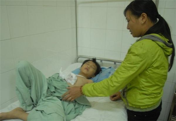 Em Hoàng Minh Nhật tại Bệnh viện Đa khoa Lâm Đồng.