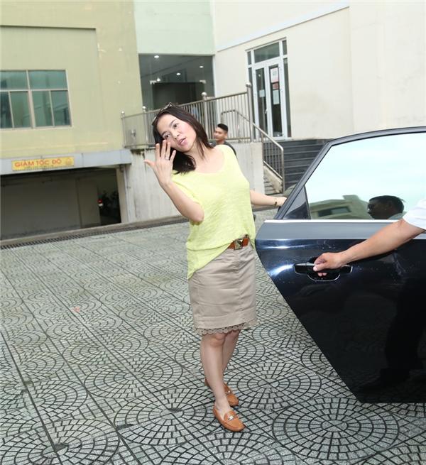 Biểu cảm đáng yêu của Thu Minh trước khi lên xe di chuyển về nhà. - Tin sao Viet - Tin tuc sao Viet - Scandal sao Viet - Tin tuc cua Sao - Tin cua Sao
