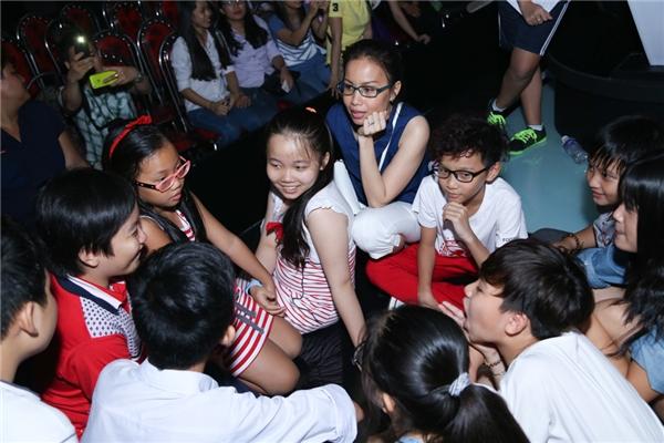 Mỹ Tâm lễ phép, Thu Minh tạo dáng nhí nhảnh - Tin sao Viet - Tin tuc sao Viet - Scandal sao Viet - Tin tuc cua Sao - Tin cua Sao
