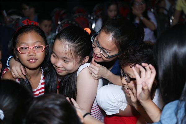 Các bé trong team Cẩm Ly quây quần, đùa giỡn cùng nhau như một gia đình nhỏ. - Tin sao Viet - Tin tuc sao Viet - Scandal sao Viet - Tin tuc cua Sao - Tin cua Sao