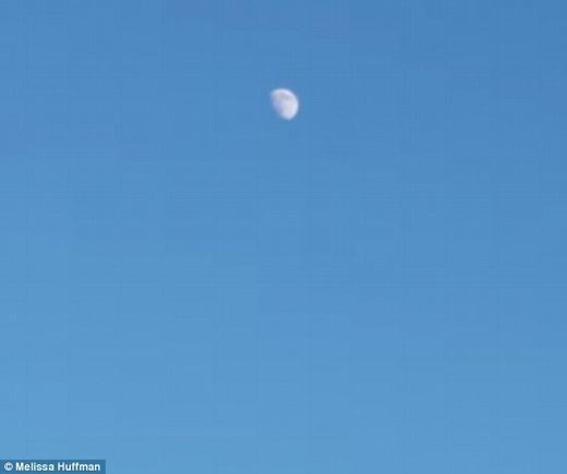 Phía trên, Mặt trăng cũng khá sáng, có thể nhìn rõ bằng mắt thường. (Ảnh: Internet)