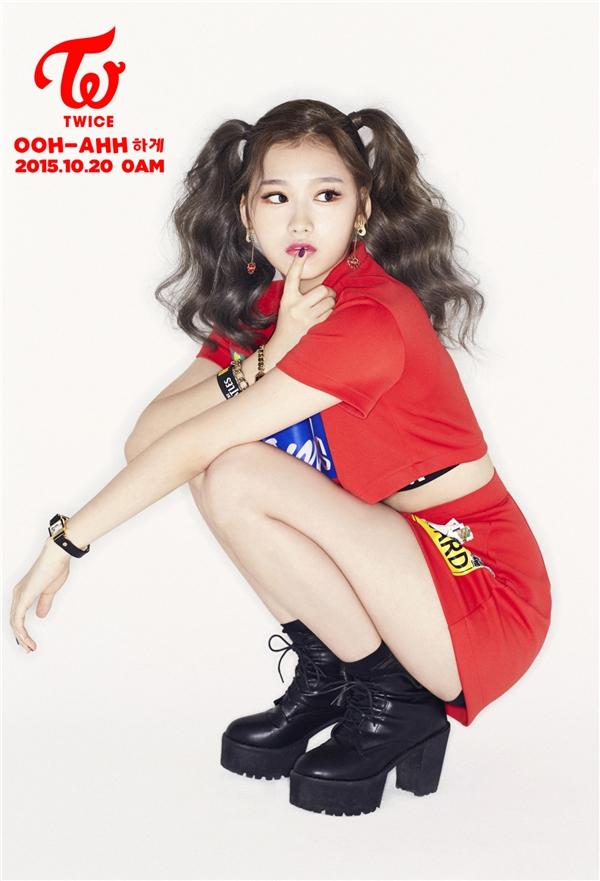 """Cũng là một thành viên đến từ đất nước mặt trời mọc, Sana từng thu hút sự chú ý khi xuất hiện trong MV A của GOT7. Vẻ ngoài nữ tính cùng nụ cười hiền chính là vũ khí """"đốn tim"""" fan của nữ thần tượng."""