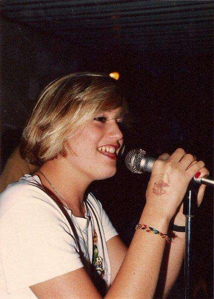 Gwen Stefani bước đầu gia nhập ban nhạc No Doubt với vai trò là một ca sĩ hát lót. Sau khi John Spence tự tử vào năm 1987, cô đã thay thế vị trí trí trưởng nhóm và trở thành một ngôi sao nhạc rock sáng giá.