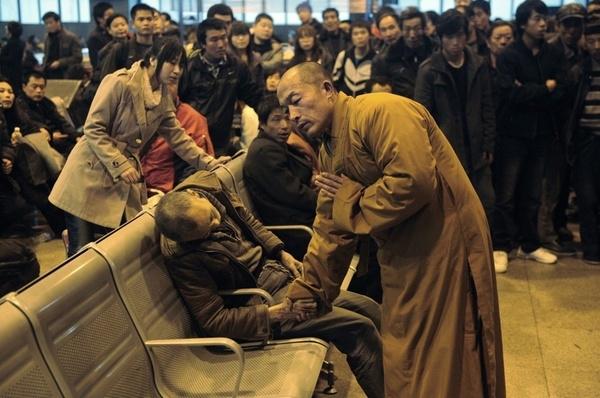 Trên băng ghế tại một nhà ga ở Thái Nguyên -Sơn Tây,Trung Quốc, nhà sư đang làm lễ cầu siêu cho một ông lão vừaqua đời vìcơnđột quỵ. (Ảnh: Internet)