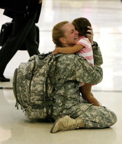 """Sau thời gian phục vụ tại chiến trường, nữ binh sĩ Terri Gurrola ôm chầm lấy """"cô công chúa nhỏ"""" trong khoảnh khắc đoàn tụ.(Ảnh: Internet)"""