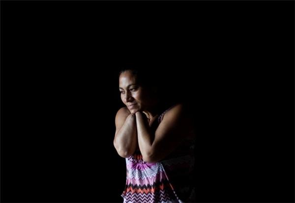 Chồng củaAngeliaca Maribel Murillo (37 tuổi) đã chặt mất hai bàntay vợ vì cho rằng cô ngoại tình. Kể từ đó, Murillo đãphải trốn chạy và nuôi 4 con thơ bằng nghề bán bánh. (Ảnh: Reuters)