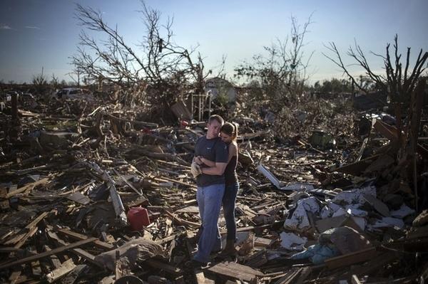 Trận lốc quét qua Oklahoma năm 2013 đã để lại một đống đổ nát, song không thể chia cắt được tình yêu.(Ảnh: Internet)