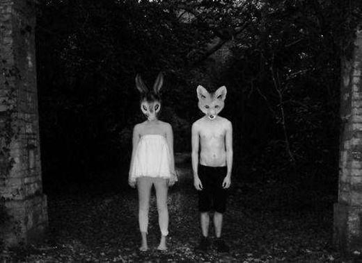 Tình yêu của các hình nhân thỏ và cáo yêu tinh trong khung cảnh đáng sợ lúc nửa đêm. (Ảnh: Internet)