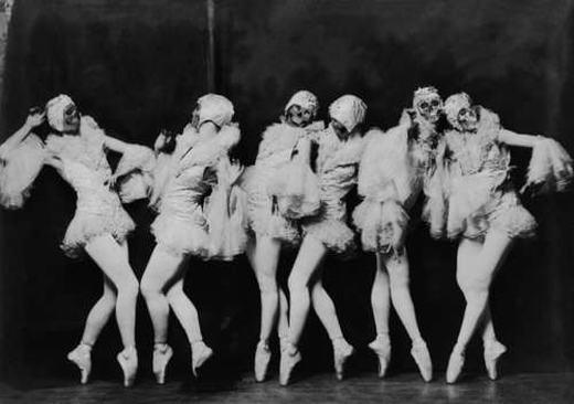 Trong loạt kịchZiegfeld Follies có những hình ảnh đáng sợ với các vũ công mang đầu lâu nhảy múa trên sân khấu. Tuy nhiên, đã có người cho rằng những vũ công này là ma quỷ thực sự. (Ảnh: Internet)