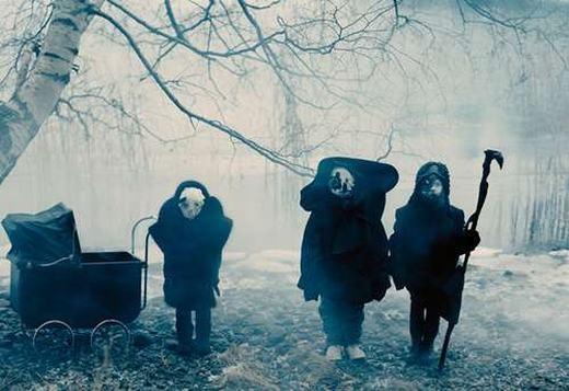 """""""Những đứa trẻ tàn tật giữa rừng thu? Không! Hình như có gì đó kì bí hơn có trong hình ảnh chúng ta vừa thấy!"""". (Ảnh: Internet)"""