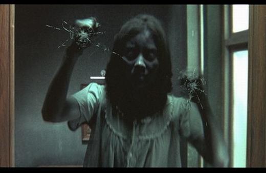 ... hay một con ma đột nhiên gõ cửa xin ngủ cùng. Liệu bạn sẽ làm gì trong trường hợp này? (Ảnh: Internet)