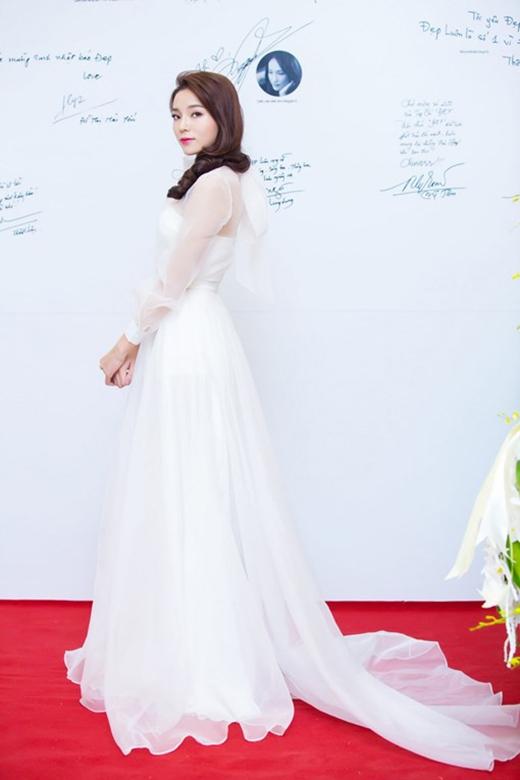 Tham dự một buổi tiệc trong tuần qua, cô chọn diện bộ váy bồng xòe điệu đà theo phong cách cổ điển. Tông trắng thanh lịch cùng chất liệu mỏng, nhẹ có độ hở vừa phải giúp người đẹp 9X ghi điểm tuyệt đối.