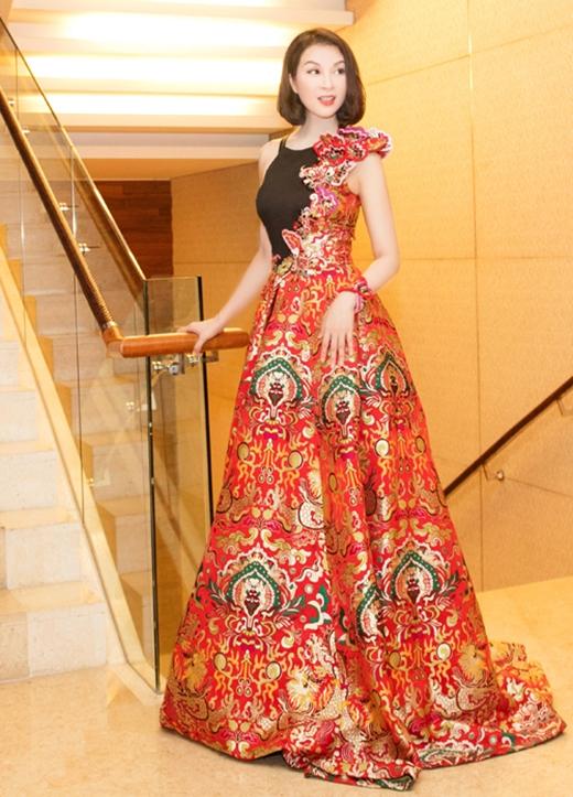 MC Thanh Mai ghi điểm với bộ váy xòe được thực hiện trên nền chất liệu gấm cao cấp in họa tiết rồng, phượng mang đậm âm hưởng truyền thống.