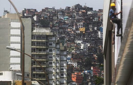"""Những tòa chung cư không thể """"đọ"""" lại với khunhà ổ chuột khổng lồ ở Rio de Janeiro, một bang phía đông Brazil. (Ảnh: Mario Tama)"""