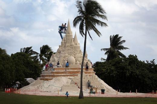 Lâu đài cát cao nhấtthế giới vừa được tạo ra ở Virginia Beach Key, Florida, Mỹ. (Ảnh: Joe Raedle)