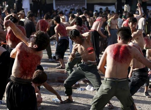 Những người Hồi giáo dòng Shi'ite đang sử dụng roi để đánh vào mình trong ngày lễ Ashura ở Kabul, Afghanistan. (Ảnh: Omar Sobhani)
