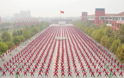 50.000 sinh viên của trường trung học Jiaozuo đồng diễn võ thuật. Họ đang kì vọng tên mình sẽ được ghi vào sách kỉ lục Guinness. (Ảnh:Reuters)