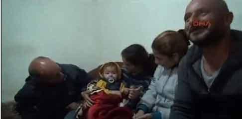 Cậu béMohammad đang trong vòng tay của mẹ. Ảnh: Internet