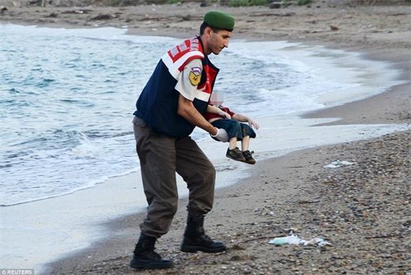Hình ảnh về cậu bé di cưAylan Kurdi từng gây chấn động thế giới. Ảnh: Internet