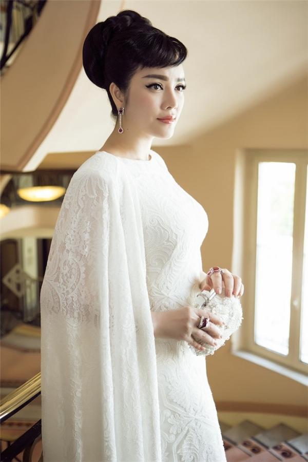 Bộ váy có phần áo choàng cape lộng lẫy với tông trắng thanh lịch được Lý Nhã Kỳ diện trong lễ khai mạc Liên hoan Phim Cannes 2015.
