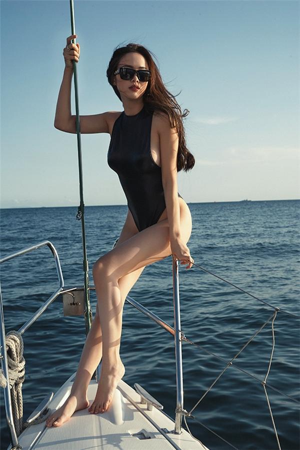 Vũ Ngọc Anh thả dáng khéo léo khoe đôi chân dài miên man trên bờ biển tại Busan, Hàn Quốc. - Tin sao Viet - Tin tuc sao Viet - Scandal sao Viet - Tin tuc cua Sao - Tin cua Sao