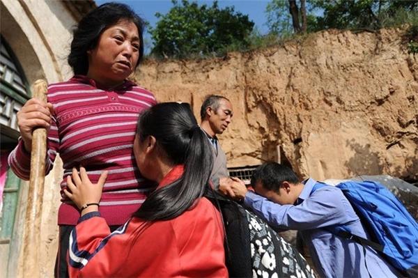 """Vào đầu tháng 9 vừa qua, trước khi lên đường đi học đại học, hai anh em Li Chao - Li Xue ở Tường Trị - Sơn Tây (Trung Quốc)đã quỳ lạy cha mẹ vàkhóc không ngừng. Được biết,người chabị gan, cònmẹ thìbị viêm khớp nặng,quanh năm ốm yếu, nhưng có lẽ, chính vì không có học đầy đủ nên họđềuthấu hiểu cái khổ của những kẻ nghèo không tri thức. Thế nên, họ luôn kiên quyết bắt con mình phải theo học đến nơi đến chốn, thậm chí quyết định tuyệt thực cho đến khi con đồng ý học tiếp đại học.Khi phải để cha mẹ già yếu ở nhà không thể chăm sóc, hai anh em đã cực kìlo lắng, nhưng vìthái độ kiên quyết của cha mẹ, cả hai đã """"khăn gói"""" lên đường đi học. Trước khi đi, hai ngườicòn cố chặt thật nhiều củi, gánh thật nhiều nước tích trữ để giúp cha mẹ bớt mệt nhọc những ngày vắng con. Tình yêu thươngvô bờ bến của cha mẹ, cũng như sự hiếu thảo của hai người con đã làm rung động trái tim của hàng triệu người.(Ảnh: Internet)"""