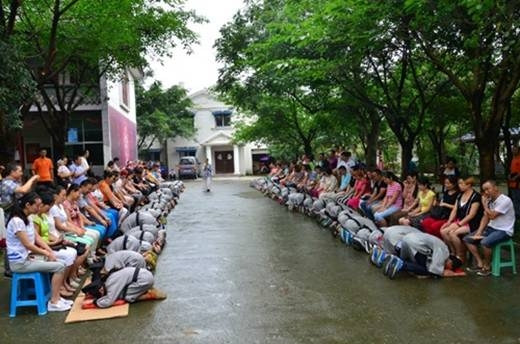 Đây là bức hình ghi lại trong một buổi lễ báo hiếu của 72 thanh niênTứ Xuyên (Trung Quốc).Buổi lễ này những người con đã quỳ xuốngbón cơm, rửa chân, cúi lạy tỏ lòng thành kính với cha mẹ. Trong sự kiện ý nghĩa này, không ít các bậc cha mẹ, con cái đã không cầm được nước mắt mà rơi lệ.(Ảnh: Internet)